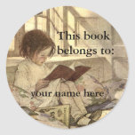 Niño del vintage que lee un Bookplate del libro Pegatina Redonda