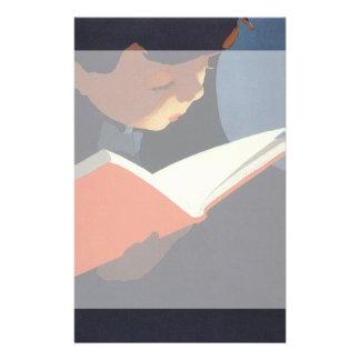 Niño del vintage que lee un libro de la biblioteca papeleria de diseño