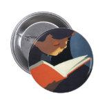Niño del vintage que lee un libro de la biblioteca pin