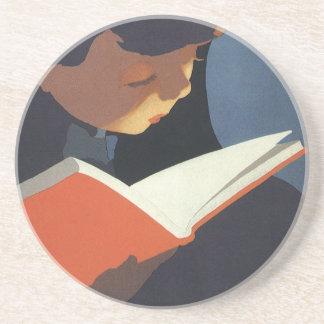 Niño del vintage que lee un libro de la biblioteca posavasos manualidades