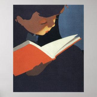 Niño del vintage que lee un libro de la biblioteca póster