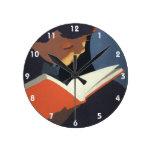 Niño del vintage que lee un libro de la biblioteca relojes