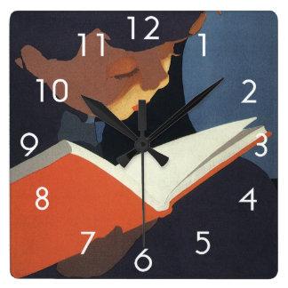 Niño del vintage que lee un libro de la biblioteca reloj cuadrado