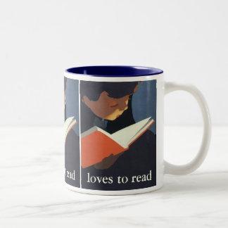 Niño del vintage que lee un libro de la biblioteca taza de café de dos colores