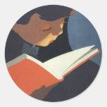 ¡Niño del vintage que lee un libro, de nuevo a Etiqueta Redonda