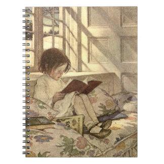 Niño del vintage que lee un libro, Jessie Willcox  Libretas