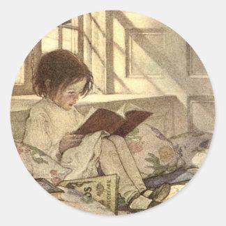 Niño del vintage que lee un libro, Jessie Willcox Pegatina Redonda