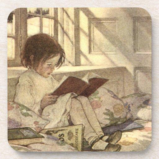 Niño del vintage que lee un libro, Jessie Willcox Posavasos De Bebida
