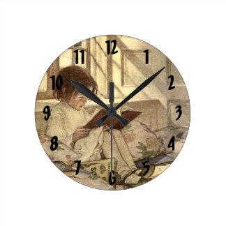 Niño del vintage que lee un libro, Jessie Willcox Reloj Redondo Mediano