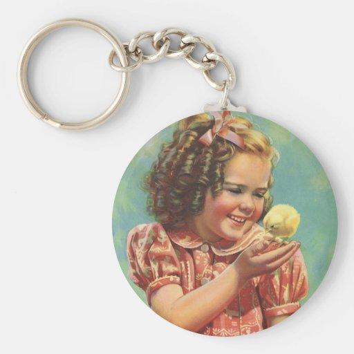Niño del vintage, sonrisa feliz, chica con el llavero redondo tipo pin