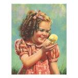 Niño del vintage, sonrisa feliz, chica con el poll invitacion personal