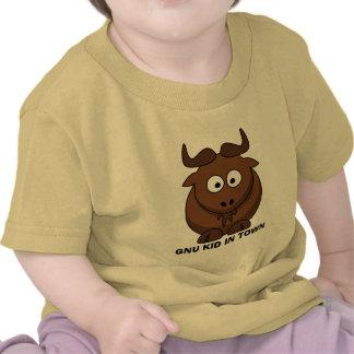 Niño divertido del Gnu del dibujo animado en ciuda Camiseta