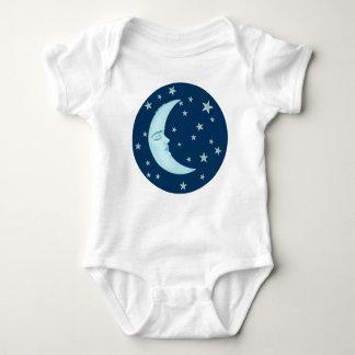 Niño durmiente lindo de la luna t-shirt