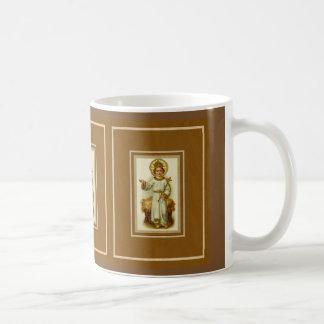 Niño el rey como corona de la cruz del pesebre del taza de café