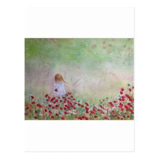 Niño en el campo de flores postal