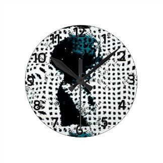 Niño en el reloj de pared del arte pop de la