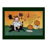 Niño en el vintage Halloween del gato y de los pos