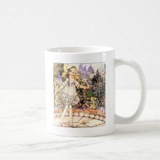 Niño en jardín tazas de café