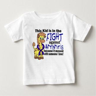 Niño en la lucha contra artritis playeras