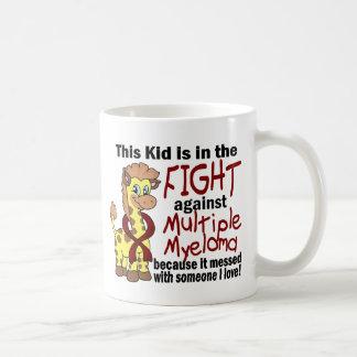Niño en la lucha contra mieloma múltiple taza básica blanca