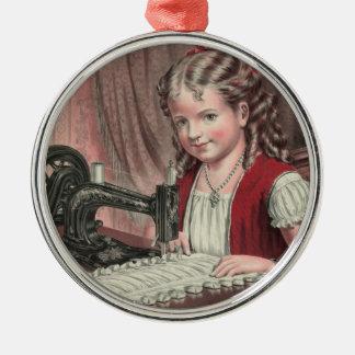 Niño en la máquina de coser - 1872 1 ornamentos de reyes
