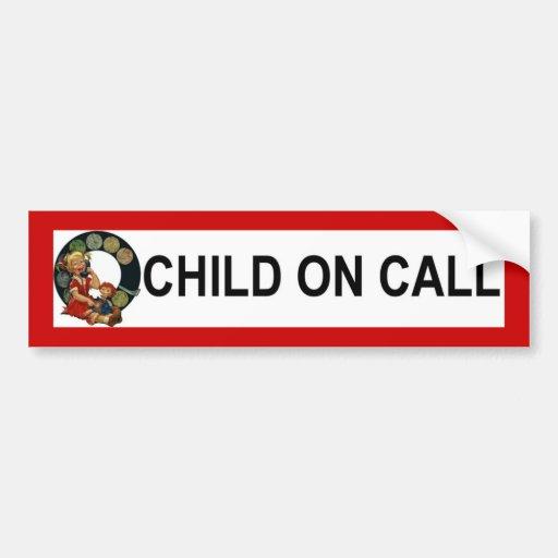 niño en llamada etiqueta de parachoque