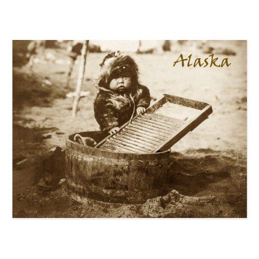 Niño esquimal curioso con el lavadero postal