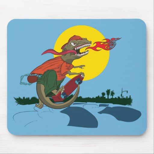 Niño fresco del dinosaurio en el monopatín por Pat Alfombrillas De Raton