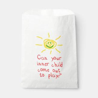 Niño interno bolsa de papel