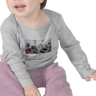 Niño largo de la camisa con mangas del embarcadero