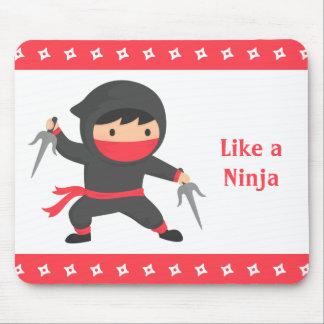 Niño lindo de Ninja con las armas de Sai para los Alfombrilla De Ratón