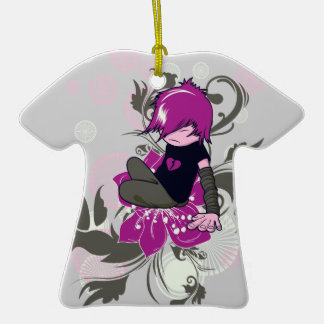 niño lindo del emo que se sienta en una flor adorno de cerámica en forma de camiseta
