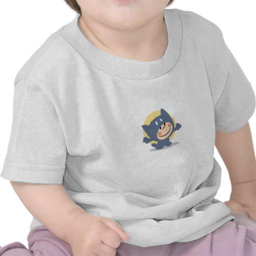 Niño lindo vestido en juego del gato camisetas