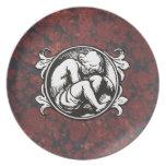 Niño medieval (muchacho) contra el mármol del platos de comidas