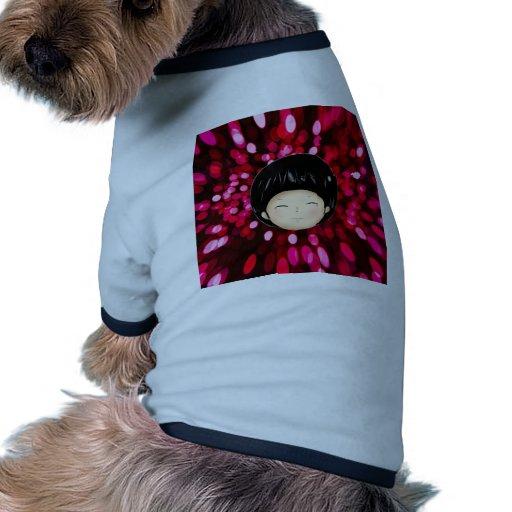 Niño pequeño con el fondo del espacio ropa de perros