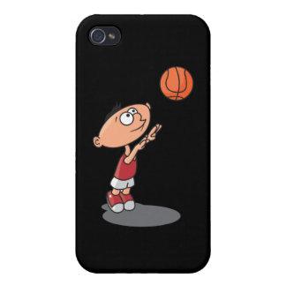 niño pequeño lindo que tira un baloncesto iPhone 4/4S funda