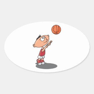 niño pequeño lindo que tira un baloncesto colcomanias ovaladas