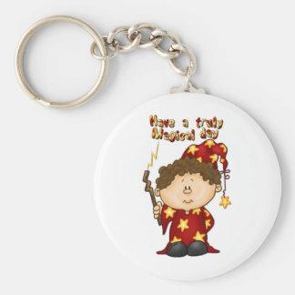 niño pequeño mágico del mago en un traje rojo llavero redondo tipo pin