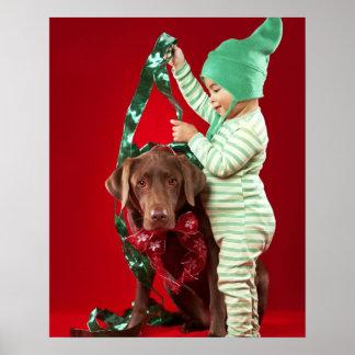 Niño pequeño que adorna un perro póster