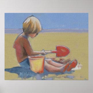 Niño pequeño que juega en la arena con una pala póster