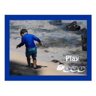 Niño pequeño que juega en la bahía de Napili, Maui Tarjeta Postal