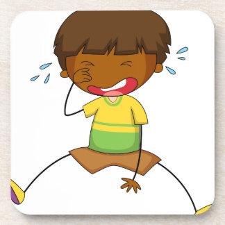 Niño pequeño que llora solamente posavasos de bebida