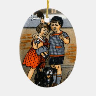 Niño pequeño y chica holandeses adorno navideño ovalado de cerámica