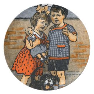 Niño pequeño y chica holandeses platos de comidas
