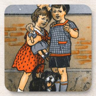 Niño pequeño y chica holandeses posavaso