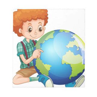 Niño pequeño y el mundo blocs
