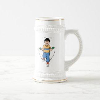 Niño que juega con una comba jarra de cerveza