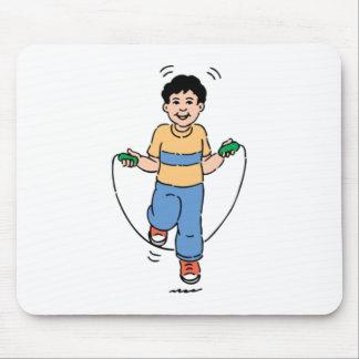 Niño que juega con una comba tapete de ratón