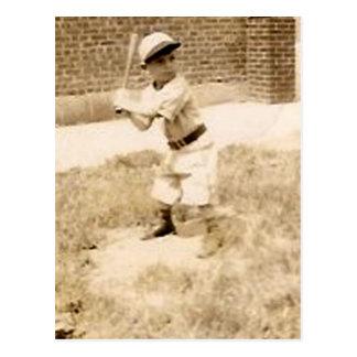 niño que juega la postal del béisbol