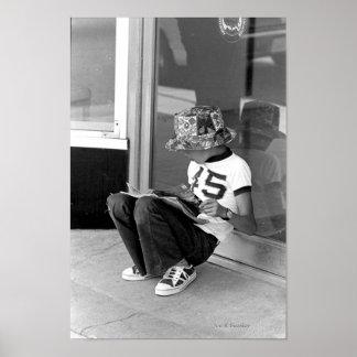 Niño que lee un cómic póster